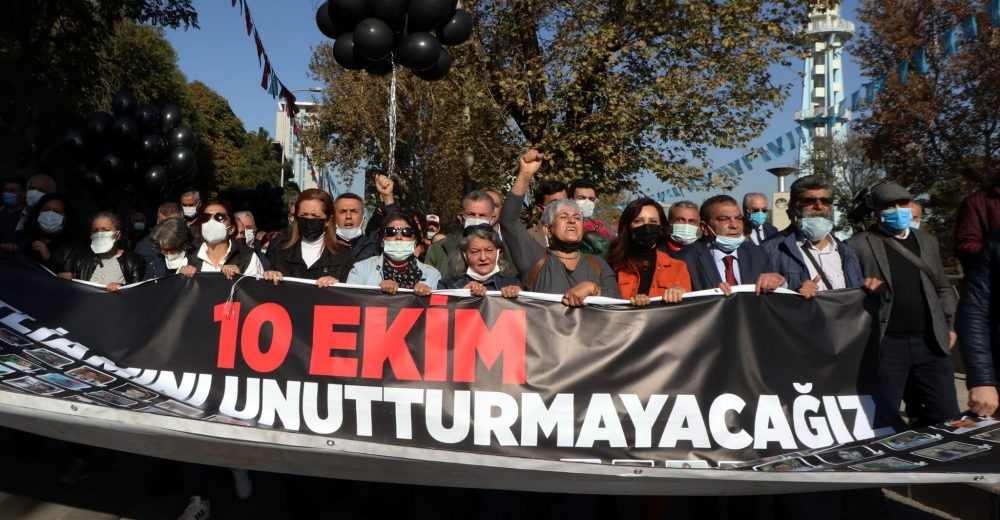 10 EKİM KATLİAMI ANKARA GAR'I ÖNÜNDE PROTESTO EDİLDİ!
