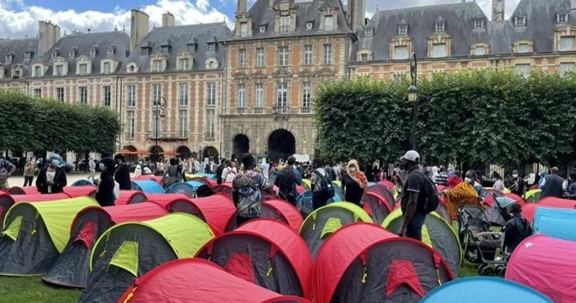 400 evsiz, 'onurlu barınma' talebiyle Paris'in en turistik yerlerinden Vosges Meydanı'nda çadır kurdu