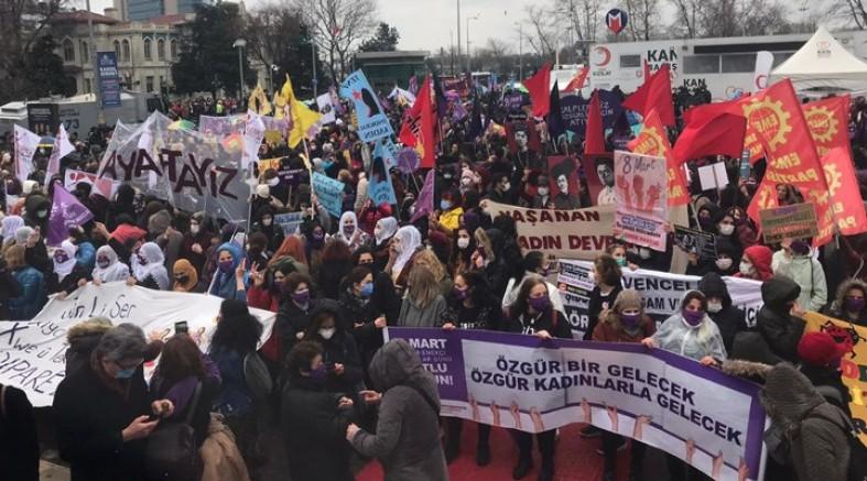 Kadınlar Kadıköy'den seslendi: İsyanımızı, öfkemizi, mücadelemizi büyütüyoruz