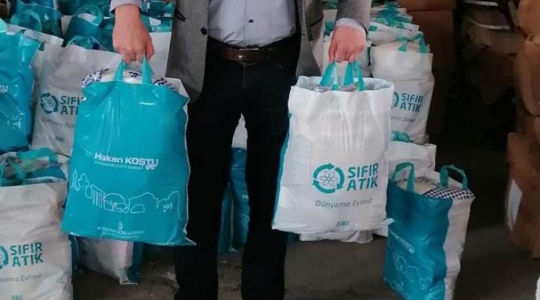 AKP'li Başkan Deprem yardımlarını 6 ay saklayıp kendi adını yazdığı torbalarda Ramazan kolisi yaptı!