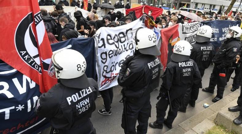 Almanya'da polis, copla gazetecilere saldırdı