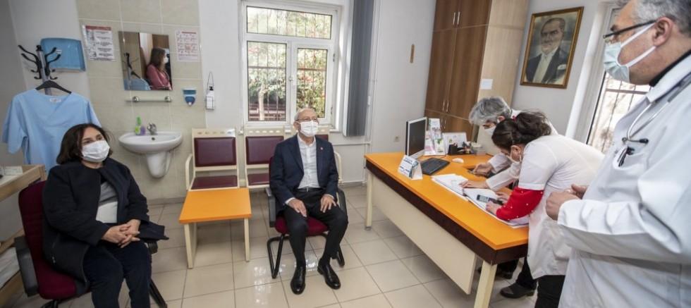 Aşı Sırası gelen Kemal Kılıçdaroğlu ve eşi koronavirüs aşısı oldu
