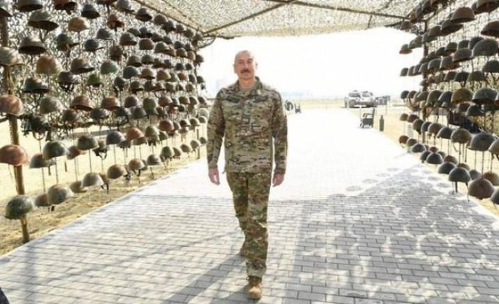 Azerbaycan Cumhurbaşkanı Aliyev öldürülen Ermeni askerlerin miğferleri ile poz verdi