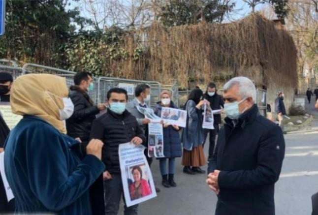 Dr. Gergerlioğlu'ndan İstanbul Çin Konsolosluğu Önündeki Doğu Türkistanlılarla destek ziyareti