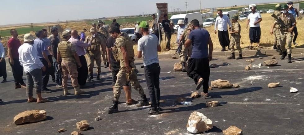 Elektrik kesintilerini protesto eden çiftçiler kara yolunu taşlarla kapattı