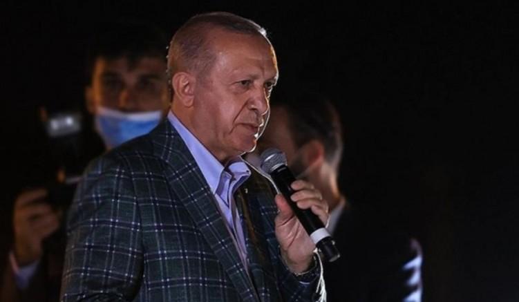 Erdoğan Marmaris'te yüreği yanan halka 'keyif çayı' fırlattı