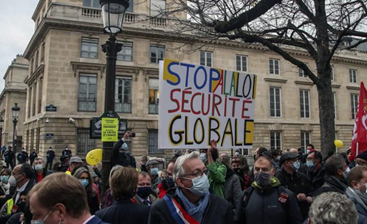 Fransa'nın başkenti Paris'te güvenlik yasa tasarısına karşı özgürlüklerini koruma yürüyüşü