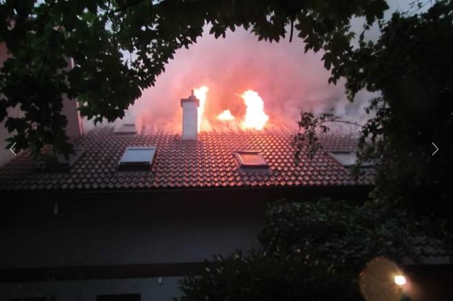 Gösting'de yıldırımın düştüğü çatıda yangın çatı