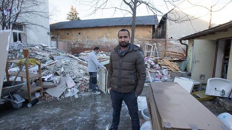 Hintli bir göçmen, Avusturya'da sığınmacıyken kaldığı mülteci evini satın aldı