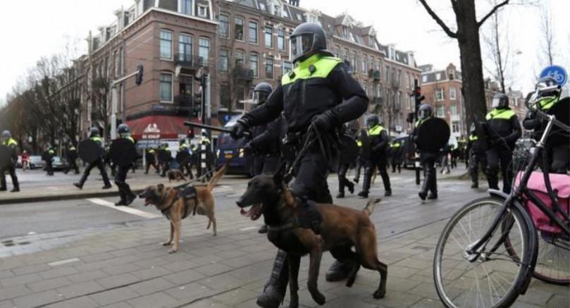 Hollanda'da sokağa çıkma yasağına rağmen protestolar durmuyor
