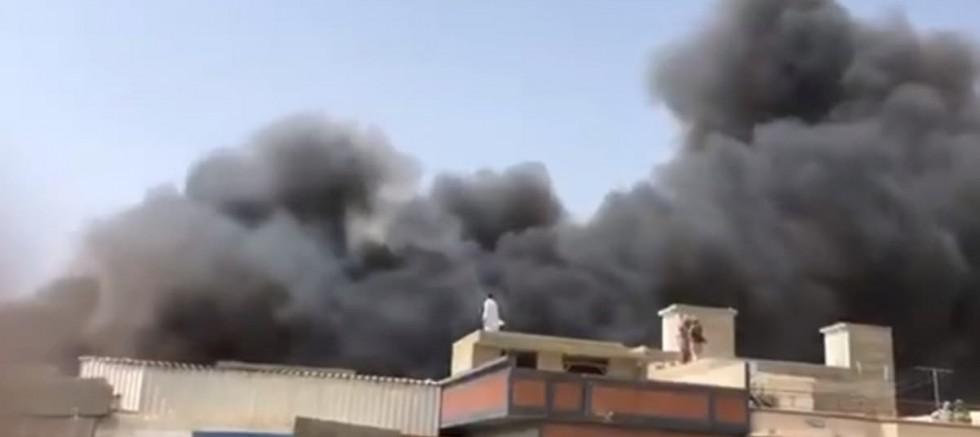 İçinde 99 yolcu bulunan uçak Pakistan Karaçi kenti yakınlarında düştü