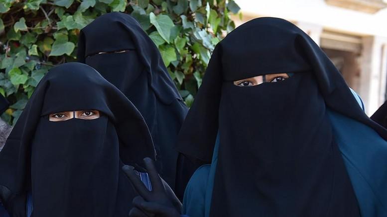 İsviçre'de Peçe ve Burka Yasaklandı