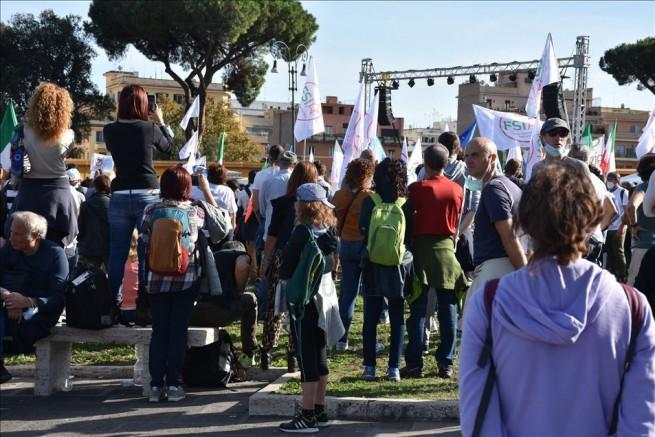 İtalya'da koronavirüs tedbirleri protesto edildi: Özgürlüğümüzü istiyoruz