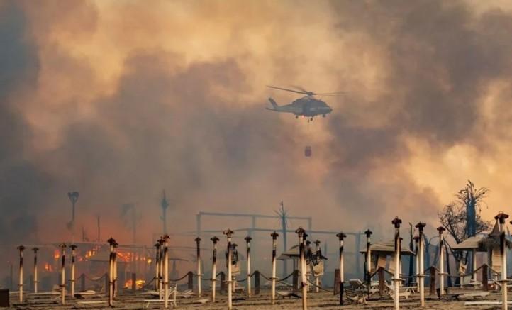 İtalya'da Sicilya adası orman yangınlarıyla mücadele ediyor