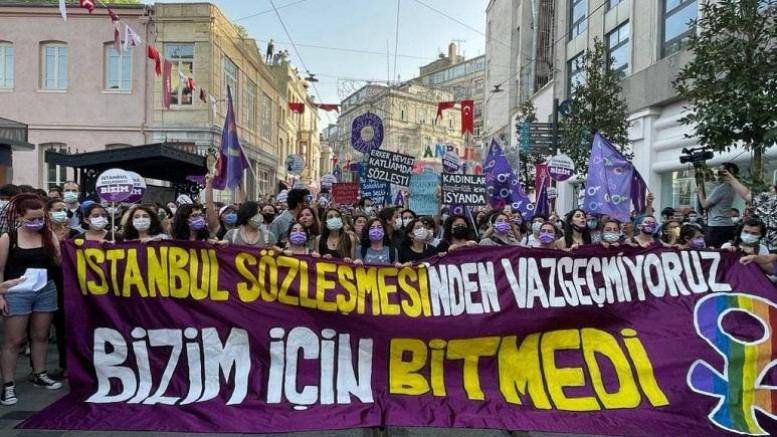 Kadınlar İstanbul Sözleşmesi'nin feshedilmesini protesto etti