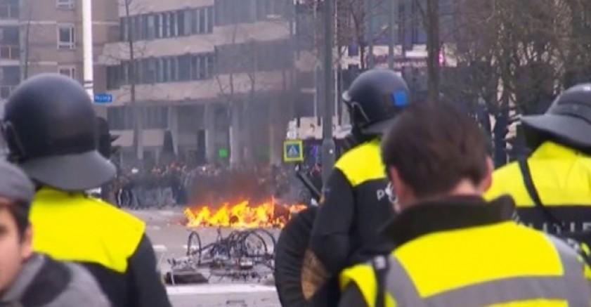 Göstericiler Hollanda'da Polis araçlarını ateşe verildi