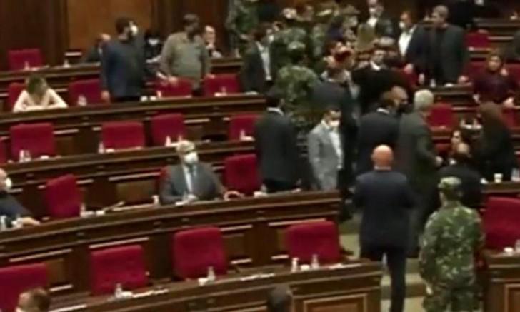 Savaş sonrası toplanan Ermenistan meclisinde Karabağ kavgası