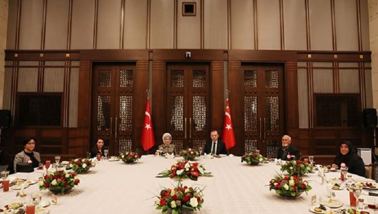 Vatandaşa Toplu iftar yasaklayan Erdoğan, şehit aileleriyle toplu iftar yaptı